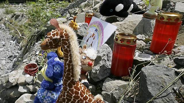 Plüschtiere und Kerzen erinnern an die Tragödie (Archiv)