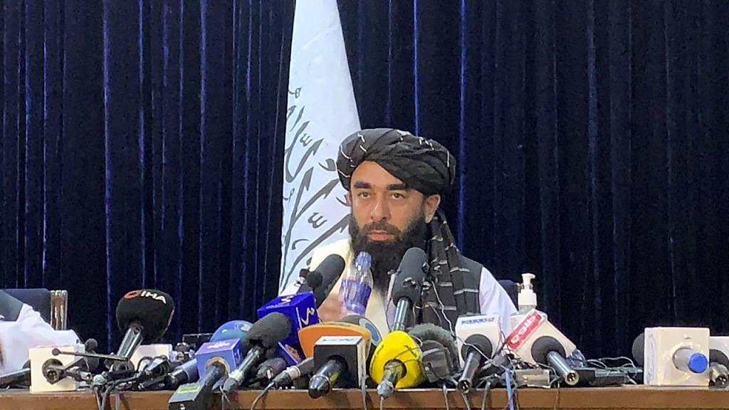 Taliban-Sprecher Sabiullah Mudschahid spricht auf seiner ersten Pressekonferenz in Kabul. Foto: Rahmat Gul/AP/dpa