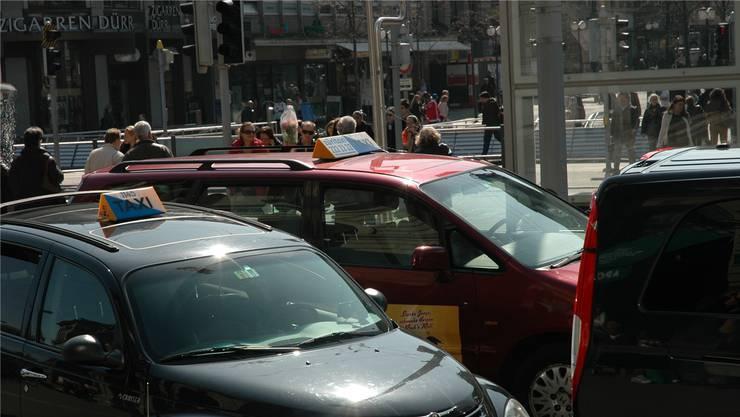 Das neue Angebot «Uber-Pop» wurde kürzlich lanciert und ist der Taxibranche schon jetzt ein Dorn im Auge.mts