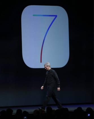 Apple CEO Tim Cook vor dem iOS7-Logo