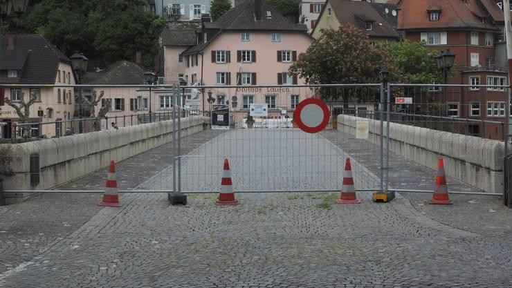 Mitte März wurde der alte Grenzübergang auf der Rheinbrücke zwischen Laufenburg (CH) und Laufenburg (D mit Gittern abgesperrt.
