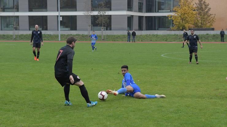 Voller Einsatz: Rolando Fondeur spielt den Ball am Boden liegend weiter.