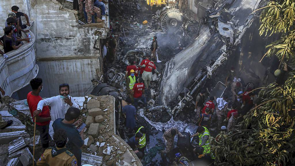 Überlebender schildert Absturz in Pakistan - Flugschreiber gefunden