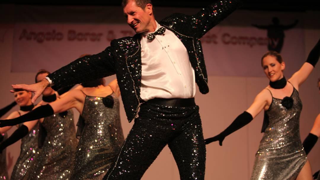 Der Stepptänzer Angelo Borer und die Crazy Feet Company tanzen 2002 bei «Kein schöner Land» im Hotel Waldhaus in Sils-Maria