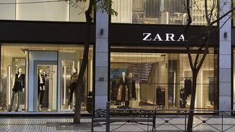 Die Zara-Muttergesellschaft Inditex hat den Gewinn in den ersten neun Monaten kräftig gesteigert - im Bild ein Zara-Geschäft in Madrid.