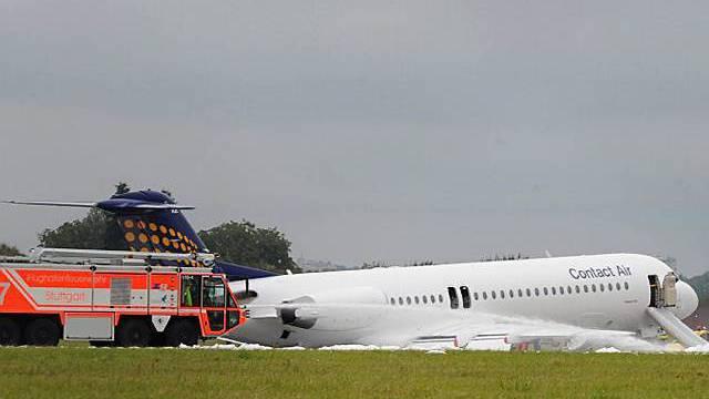 Flughafen-Feuerwehr mit Löschschaum zur Stelle