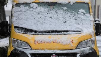 Die Autos mussten in den letzten Tagen vom Schnee befreit werden.