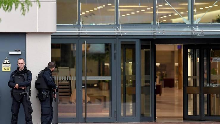 Polizisten vor dem Einkaufszentrum in Bremen, das wegen eines befürchteten Amoklaufs vorübergehend geräumt wurde.