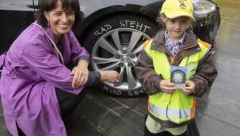 """Verkehrsministerin Doris Leuthard warb im letzten Jahr zusammen mit Schulkindern für die Kampagne """"Rad steht Kind geht"""" und schrieb diesen sogar auf die Reifen ihres Tesla-Dienstwagen. (Archivbild)"""