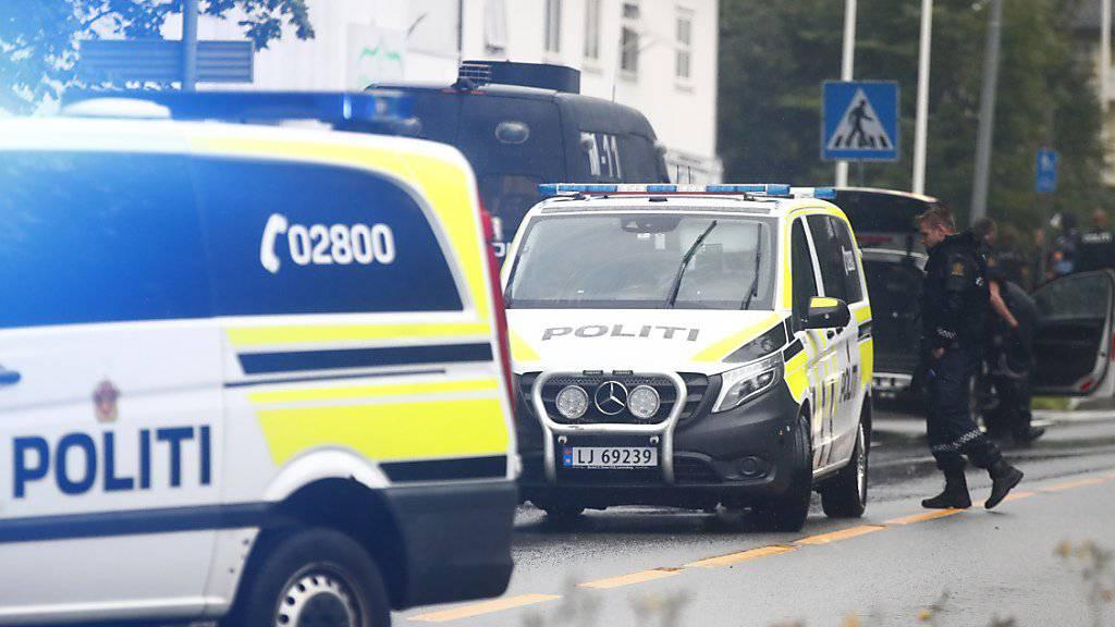 Am Wohnort des Mannes, der eine Moschee in Oslo angegriffen haben soll, wurde eine Leiche gefunden - nach Polizeiangaben handelt es sich um eine Verwandte des mutmasslichen Täters.