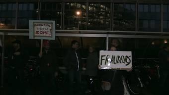 In Genf haben am Dienstag rund hundert Personen auf der Strasse lautstark ihre Missbilligung über die exzessiven Spesenbezüge der Genfer Stadtregierung bezeugt.