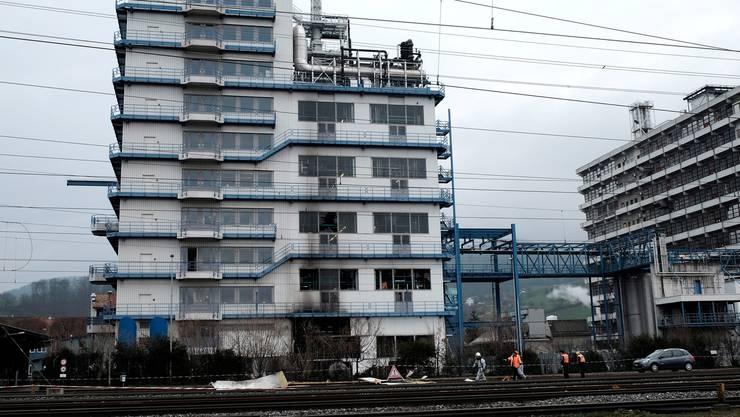 Die Rohner AG in Pratteln: Nach der Explosion am Dienstagmorgen werden Trümmer weggeräumt. (Archiv)