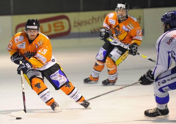 Urdorfs Stefan Birrer (links) im Angriff.