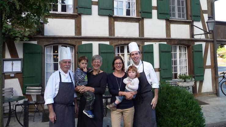 Von links: Andreas und Annemarie Graber-Wüthrich sowie Manuela und Sebastian Graber-Willi mit der achten Generation – Laurin und Luana. Apb