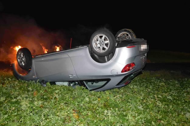 Oensingen SO, 15. Januar: Das Auto eines 18 Jährigen Lenkers überschlägt sich und gerät nach dem Unfall in Brand.