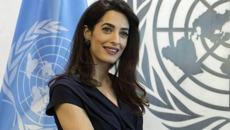 Egal, wie dringend die Geschäfte rufen, die Menschenrechtsanwältin Amal Clooney telefoniert nie vor acht Uhr morgens. Denn die ersten beiden Stunden des Tages gehören ihren Zwillingen. (Archivbild)