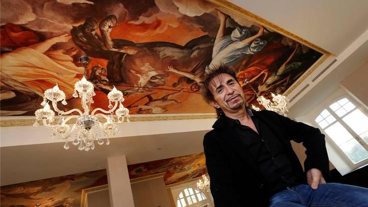Er hat sich einen Bubentraum erfüllt: Nicolas Manzi in der Farnsburg-Gaststube mit den überraschenden Deckenmalereien. Kenneth Nars