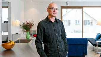 Urs Felix Bislin in seiner Wohnung. Übers Jahr gesehen produziert das Gebäude 116 Prozent der Energie für Heizung, Warmwasser und Strom.