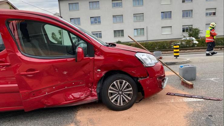 In der Folge der ersten Kollision kollidierten beide Fahrzeuge je mit einem weiteren Personenwagen. Zwei Personen wurden leicht verletzt.