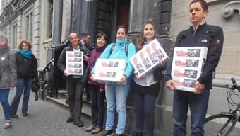 Tierschützer auf dem Weg zur Unterschriftenübergabe beim Zürcher Rathaus.mts