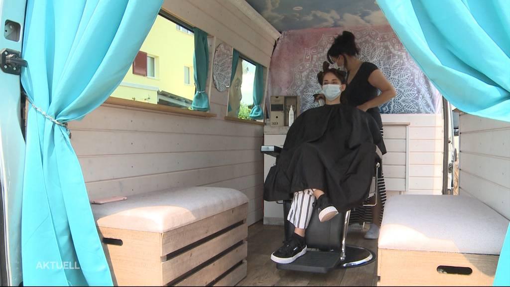 Haarsalon auf vier Rädern: Marina Keller zaubert aus altem Knastbus ein Coiffeurstudio