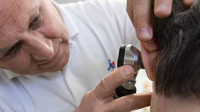 Eine Patientin mit Ohrenschmerzen