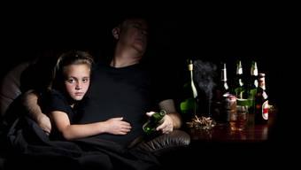 Wenn Eltern trinken leiden die Kinder. (Symbolbild)