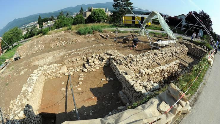Die Ausgrabungsstätte: Im Vordergrund das Untergeschoss des westlichen Eckturms, rechts der Laubengang, ganz rechts der östliche Eckturm