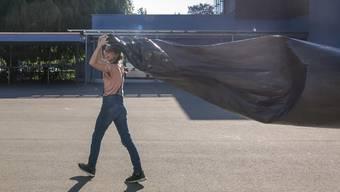 Die 12-jährige Annouk füllt ihren Solar-Ballon mit Luft. zvg