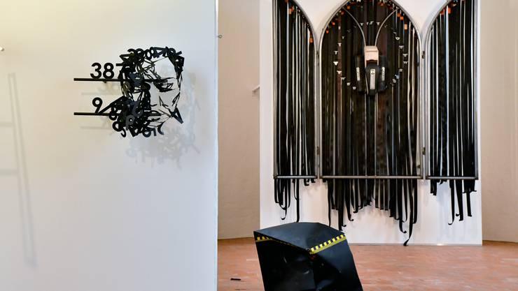 Links das Gesicht «Psalmera» von Simon Berger. In der Mitte vorn ist eine Arbeit von Pamcrash zu sehen und rechts hinten ein Gemeinschaftswerk.