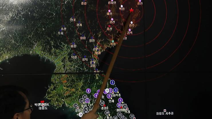 Am Freitagmorgen hatten internationale Erdbebenwarten Erdstösse der Stärke 5,3 im Bereich des nordkoreanischen Atomtestgeländes Pyunggye-Ri registriert, die nach Einschätzung südkoreanischer Experten von einer Bombenexplosion herrührten.