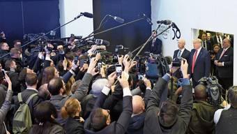 Alle Kameras auf Donald Trump US-Präsident Donald Trump betritt an der Seite von WEF-Chef Klaus Schwab das Kongresszentrum in Davos.
