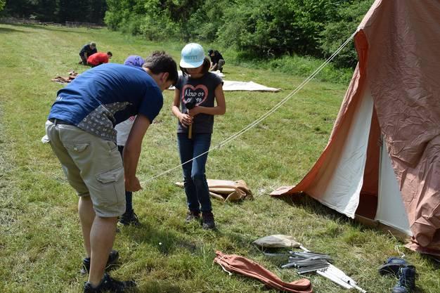 Auch die Technik, wie man am besten ein Zelt aufstellt, darf nicht fehlen.