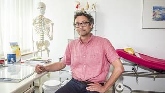 Empfängt Dreiviertel weniger Patienten in seiner Münchensteiner Praxis: Hausarzt Michael Vollgraff.