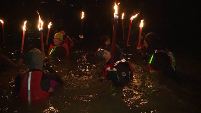 Die Hartgesottenen stürzen sich ins Wasser