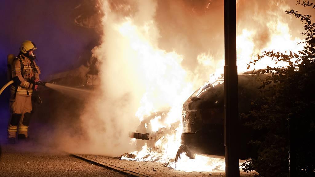Fahrzeug in Flammen – Verdächtiger festgenommen