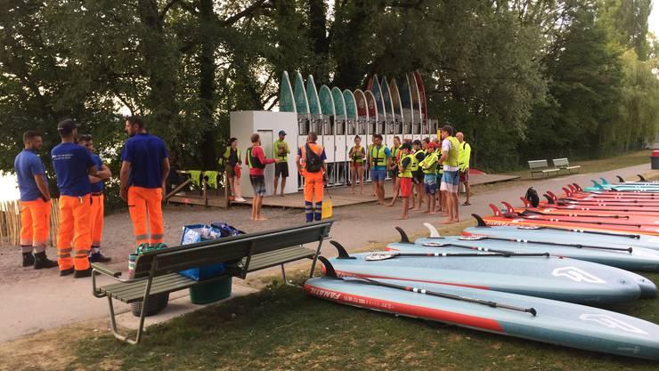 ERZ-Mitarbeitende und Supkultur-Inhaber Florian Gander besuchen die freiwilligen Helfer in der Strandbadi Mythenquai.