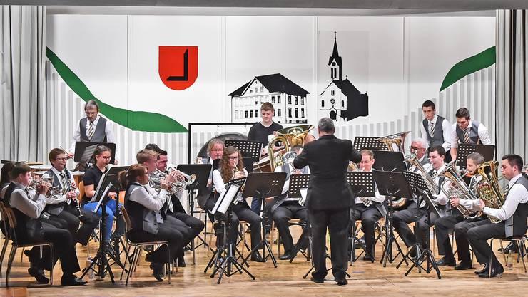 Der Musikverein Herbetswil spielte beim Begrüssungsstück im Stehen.