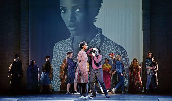 Von Somalia auf die Laufstege der Modewelt: Mit «Wüstenblume» wird das Leben von Waris Dirie (gespielt von Kerry Jean) in St.Gallen eindringlich inszeniert.