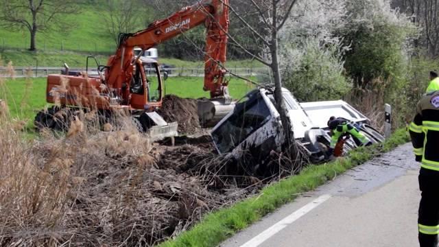 Lastwagen in Graben gekippt