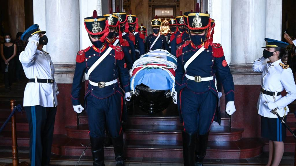Der ehemalige argentinische Präsident, Carlos Menem, ist am Montag mit militärischen Ehren beigesetzt worden.