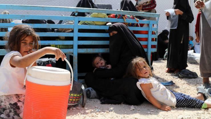 Die Frau eines ehemaligen IS-Kämpfers und ihre Kinder warten im Lager Al-Hol auf die Rückführung in ihr Heimatland. (Archivbild)