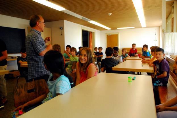 Die Klasse 4F von Kurt Seematter im Unterrichtssaal.