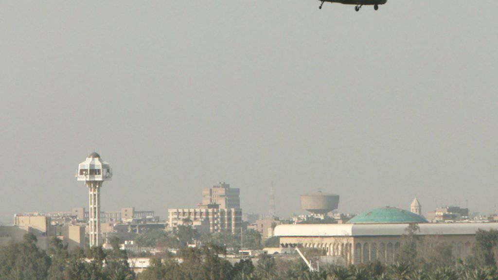 Helikopter fliegen über die stark bewachte sogenannte Grüne Zone in Bagdad. Darin befinden sich unter anderem die irakische Regierung und die US Botschaft.