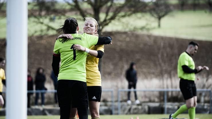 Die Spielerinnen aus Therwil jubeln über ihren 1:0 Sieg.
