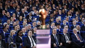 Der russische Vize-Premierminister Witali Mutko (Mitte) und der Schweizer Fifa-Präsident Gianni Infantino (rechts) sitzen nicht zum ersten Mal im selben Boot.