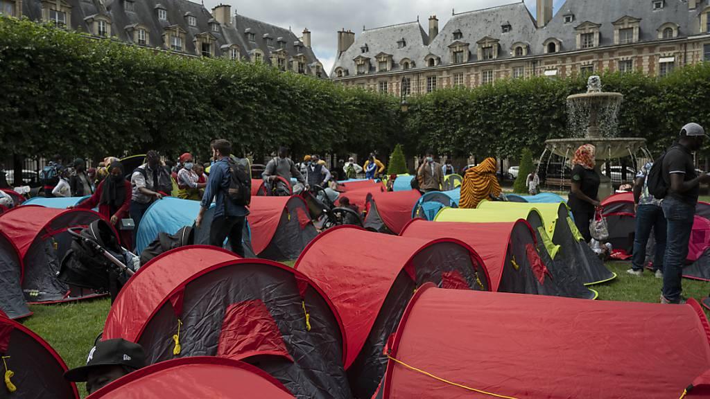 Wohnungslose protestieren in Zelten auf vornehmem Platz in Paris