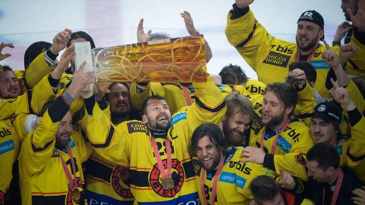 Captain Martin Plüss stemmt den Schweizermeister-Pokal in die Höhe.