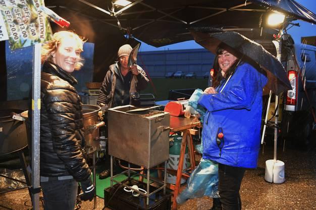 Gute Stimmung an der Sonnwendfeier in Oensingen trotz miserablen Wetters.