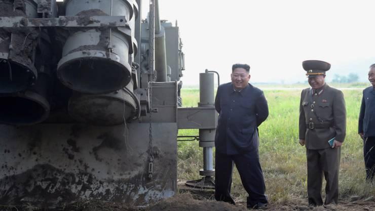 Nordkoreas Machthaber Kim Jong Un beim Besuch eines Mehrfach-Raketenwerfer an einem unbekannten Orten im Land. (Archivbild)
